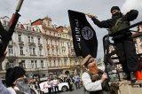 """Praga, simulano un'invasione del Califfato nel cuore della città: jeep, cammelli, armi al grido di """"Allah Akbar"""""""