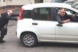 Nino D'Angelo in panne con l'auto: la foto impazza sul web