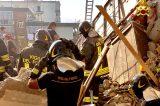 """VIDEO/Tragedia a Torre Annunziata. Crolla una palazzina. Vigili del fuoco senza sosta: """"L'obiettivo è trovare persone in vita"""""""