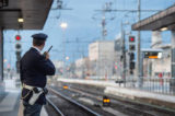 Napoli, scatto da brividi. Sposini improvvisano set fotografico sui binari della ferrovia Cumana