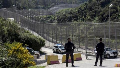 """Spagna, scontri sulla barriera Ceuta: """"300 immigrati lanciano contenitori con escrementi, sangue, calce viva e acidi"""""""