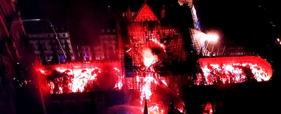 Parigi, surreale incendio a Notre-Dame. Crolla il tetto e la guglia. Nessun canadair, provocherebbe danni collaterali