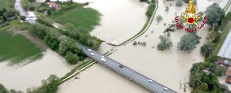Maltempo, Emilia-Romagna continua l'allerta rossa. Esondazione fiume Savio, salvati un disabile con badante