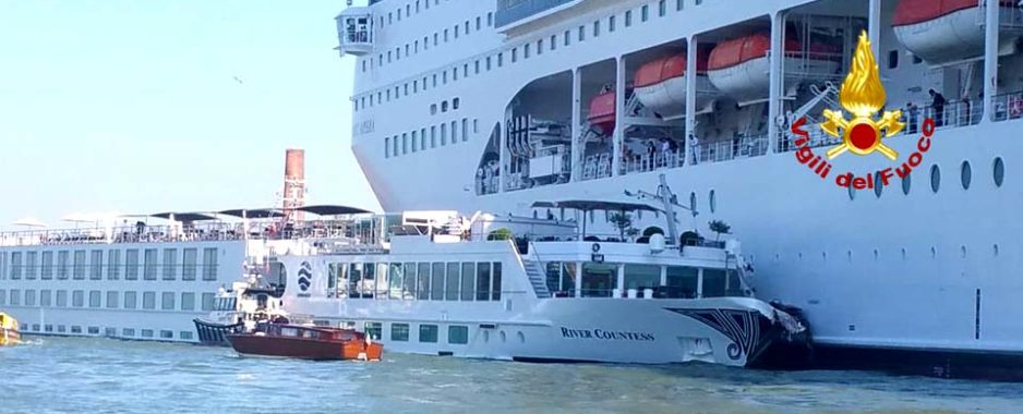 Venezia, paura per i passeggeri. Nave da crocera sperona imbarcazione turistica: 4 contusi e 1 ferito